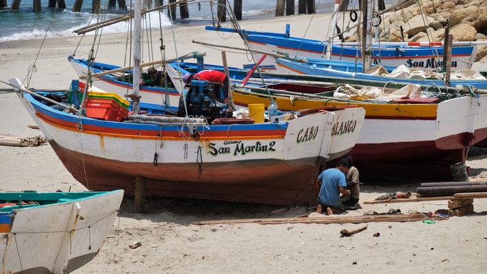 Wie eh und jeh die Fischer an Flickarbeiten