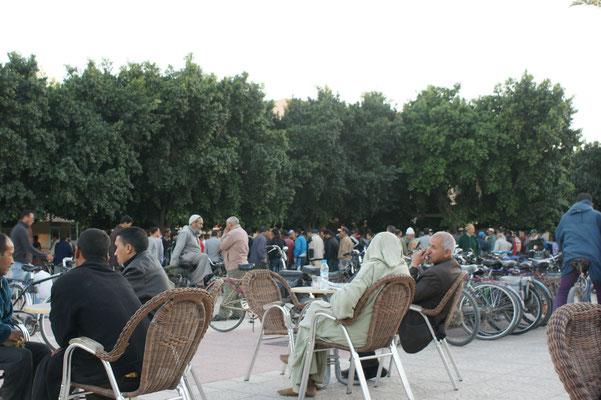 Auf dem Place Alouline, Vor allem Männer interessieren sich für die Gaukler