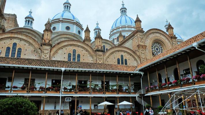 Die Kathedrale aus dem Innenhof mit den Beizlein fotografiert.