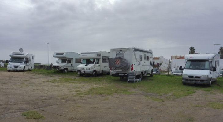 Es stehen hier ca. 30 Camper, hätten aber noch mehr Platz. Am Meer unten stehen ebenfalls noch welche.