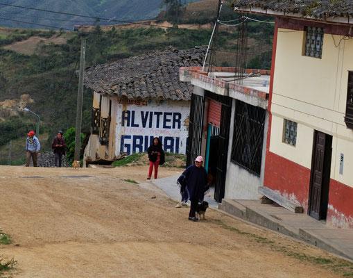 Trotz der Abgeschiedenheit, gibt es auch an diesem Berg viele Dörfer und Menschen.