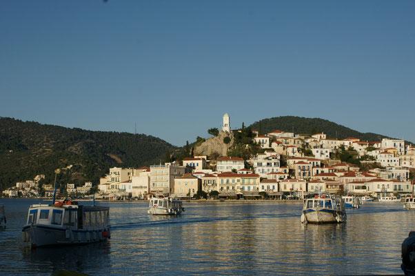 Blick aus unserem Wohnzimmer in Galatas auf die Insel Poros