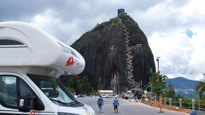 Der Parkplatz bei Piedra del Penol mit dem 200 m Granitmonolithen  im Hintergrund