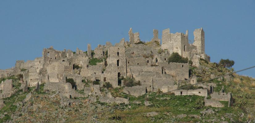 Die mittelalterliche Stadt oberhalb Cirella.