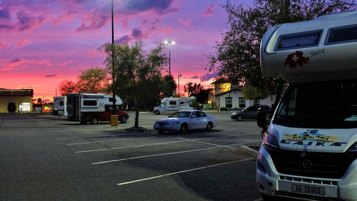 Auch in den USA bei Walmart gibt es schöne Sonnenuntergänge. Wir sind nicht die einzigen die hier übernachten.