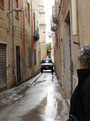 Rette sich wer kann in die Eingänge, denn Platz gibt es nebst den Autos keinen mehr.