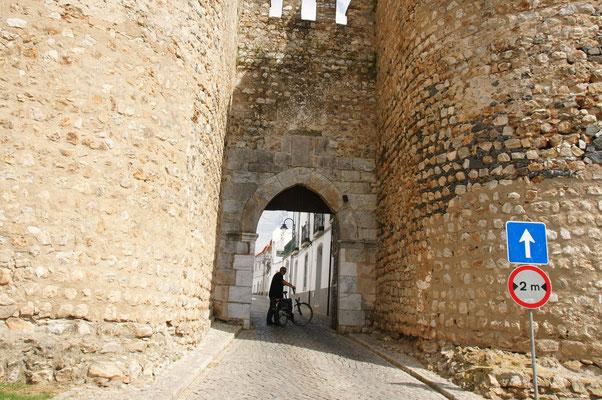 Rein in die Altstadt von Serpa