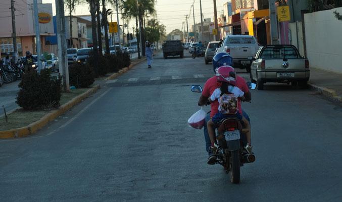 Auch die Kleinen tragen Helme