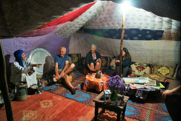 Abends Teezeremonie im Zelt auf dem Campingplatz Aainnakhla