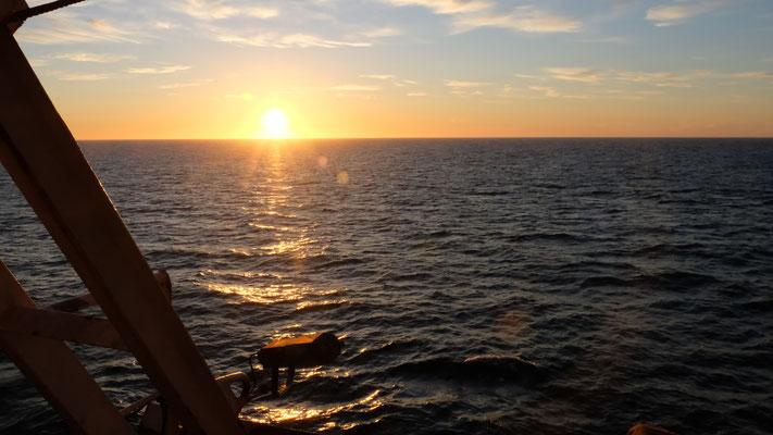 die Sonne geht auf, das Meer ist absolut ruhig