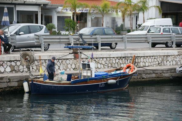 Er kehrt gerade zurück in den Hafen von Terracina