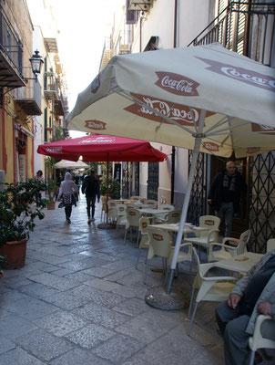 """Eines der vielen """" Fressgässchen"""" in Palermo"""