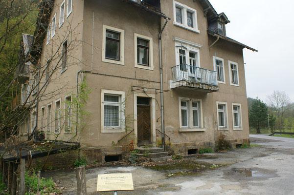 Auch dieses Gebäude ist anscheinend im Schweizer Landhausstil erbaut worden, anno dazumal. Aber jetzt ist es eine Ruine