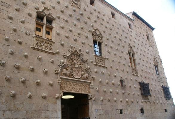 Das Haus der Pilger, geschmückt mit Jacobsmuscheln