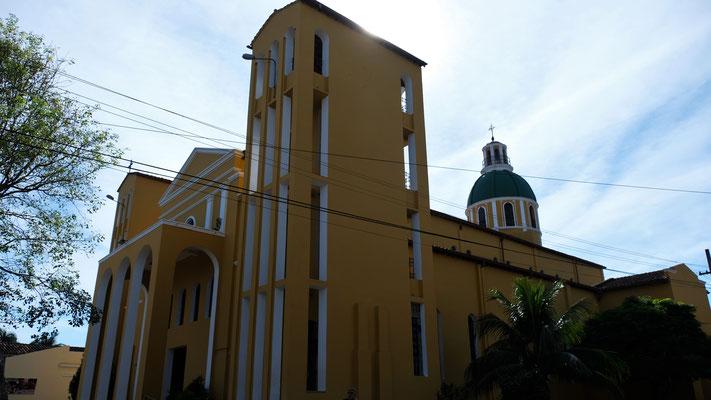 Die grosse Kirche von aussen .....
