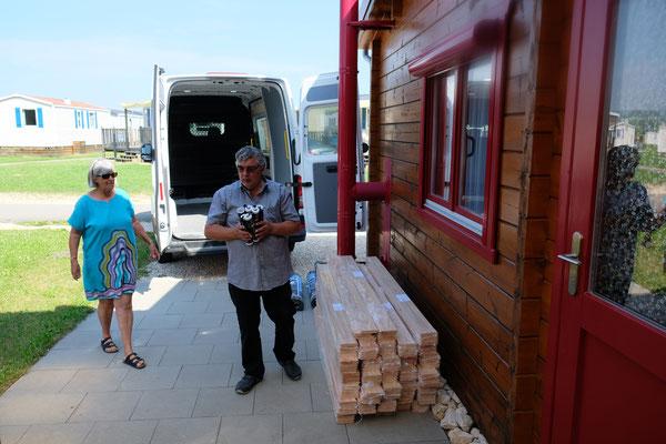 Corina ist zur Stelle und hilft beim Abladen des Baumaterials auf dem Camping in Orsingen