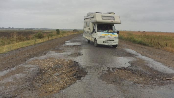 Und dann fängt es auch noch an zu regnen auf der T 1607 in der Ukraine