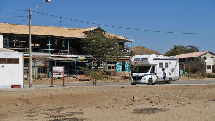 Wir stehen vor dem Hostel, wo die Zelte auf der Terrasse aufgeschlagen werden.