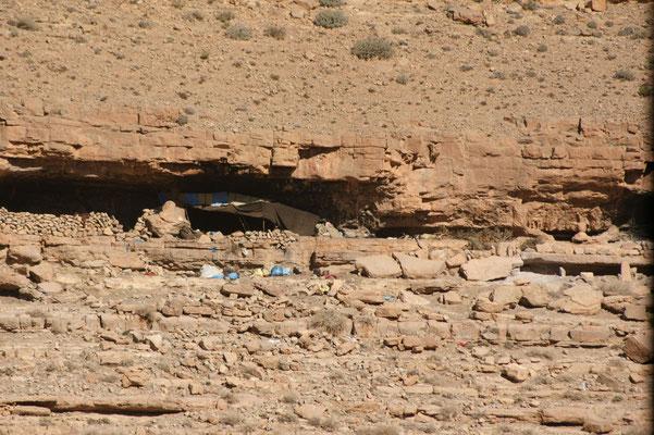 Hoch oben in den Felsen wohnen Nomaden