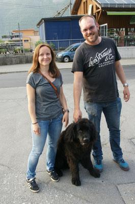 Michael und Melinda mit Junghund Chaplin, den wir bis jetzt auch  erst von Bildern kannten