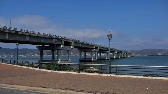 Brücke über die  Bahia de Caraquez