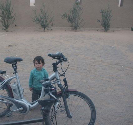 Der kleine Franzose interessiert sich sehr für unsere Fahrräder