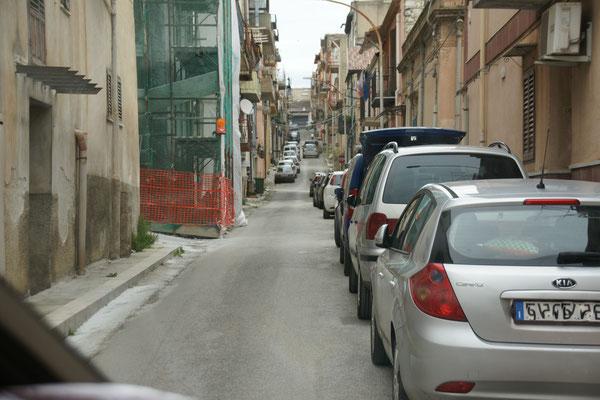 ....uns im Städtchen San Cipirello heute tatsächlich verkeilen und retour müssen, alle anderen Autos hinter uns auch