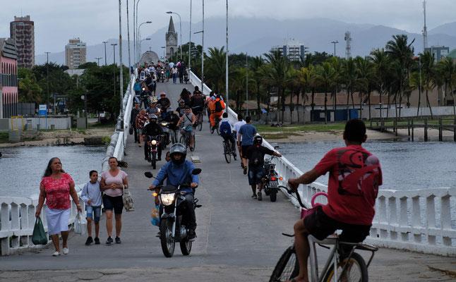Man soll absteigen um die Brücke zu überqueren