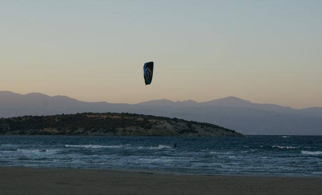 Die rasen über das Meer. Mutig, mutig. Manchmal sind sie meterhoch in der Luft.