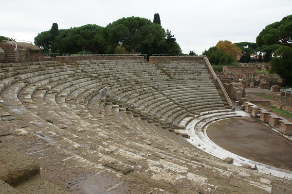 Das Theater mit den 2700 Sitzplätzen in Ostia Antica