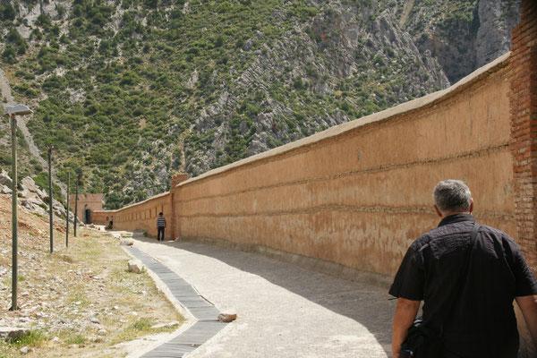 Immer schön der Mauer von Chefchouan entlang.