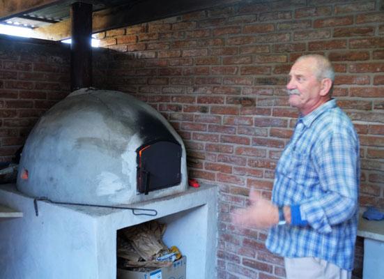 Während sich Heinz der Campingchef am Holzofen um die Pizzas kümmert,......