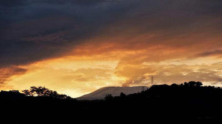 .... überrascheter Blick auf den gletscherbedeckten rauchenden Vulkan Nevada del Ruiz
