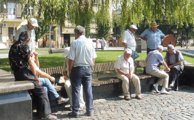 Schachspielende Männer vor der Kirche