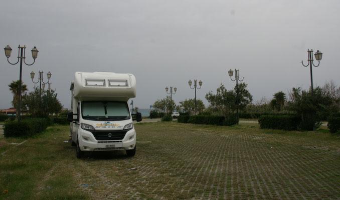 Nur niedrige Bäumchen um uns rum auf dem anderen Parkplatz in Tropea.