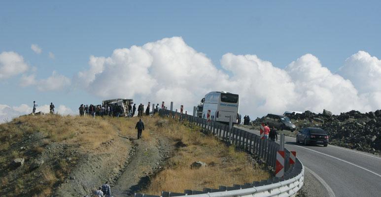 Der umgekippte Lastwagen, umringt von einer Menschenmenge