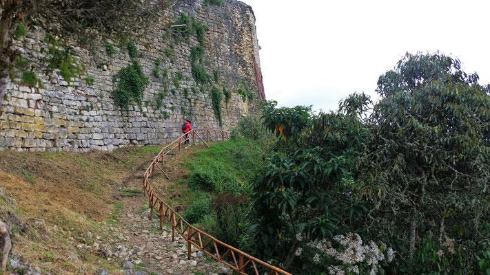 Wieder draussen geht es entlang der Festungsmauer zurück und