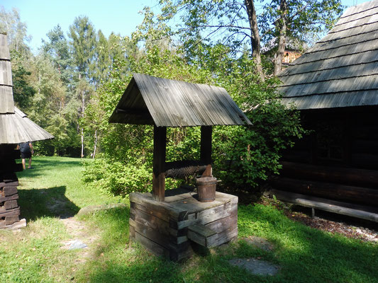 Solche Brunnen, nur nicht gänzlich aus Holz gibt es heute noch zuhauf.