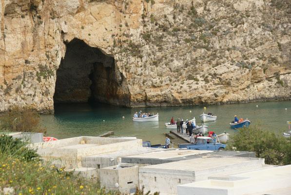 Die Schifflein fahren rein in die Grotte und durch den Spalt raus auf's Meer.