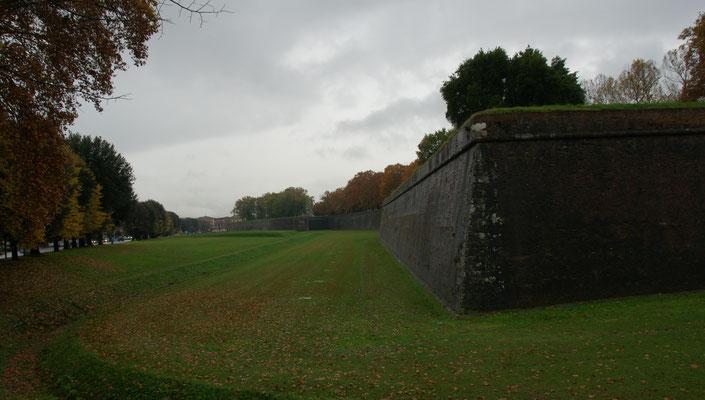 Die Mauern um Lucca sind kompakt.