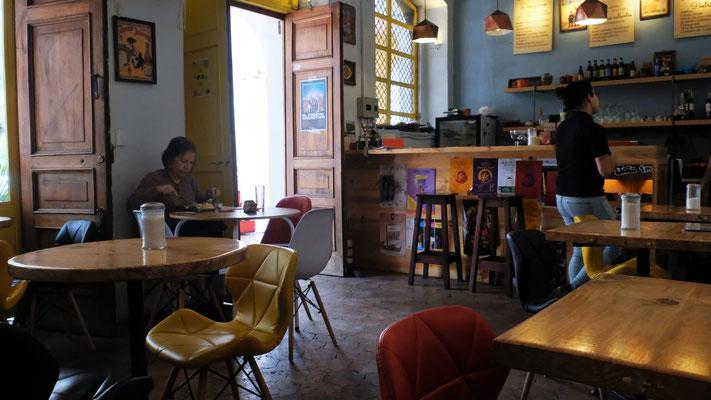 Gemütliches  Lokal, wo wir ein feines Mittagessen mit Suppe, Hauptgericht, Dessert und Saft für  total USD 7.50 geniessen.U