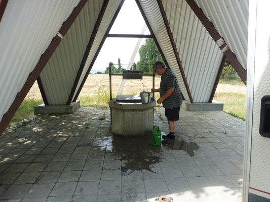 Das Wasser aus dem Brunnen will hart erarbeitet werden. Ist aber ganz klar und schön kalt.