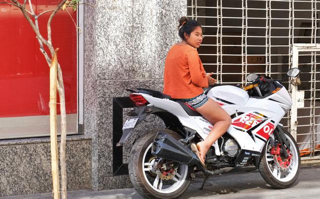 Sie wartet auf den Chauffeur