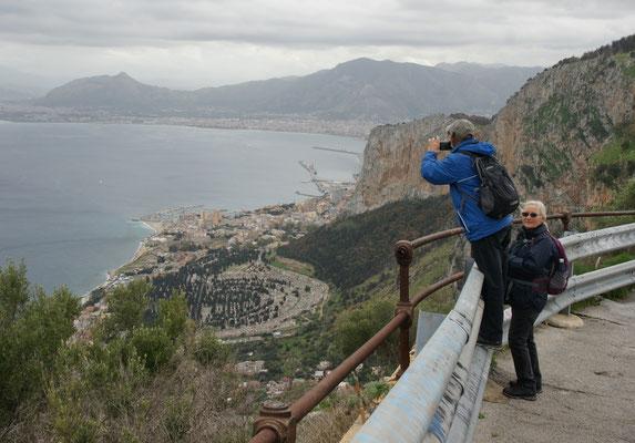 Blick vom Gipfel. Franz häng dich nicht so weit raus.