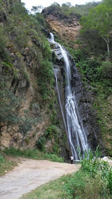 Zwar haben wir nicht einer der zwei grossen Wasserfälle besucht, aber bekommen doch noch einen zu Gesicht.