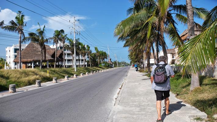 Wir laufen in der Hitze mal links und mal rechts entlang der Küste...