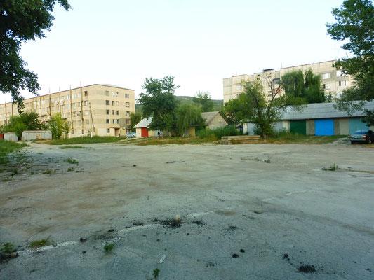 Unser Uebernachtungsplatz vor den Plattenbauten in Nisporeni