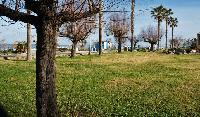 Den ganzen Strand in Torrenova entlang, Wiese und Spielplätze. Alles sehr gepflegt