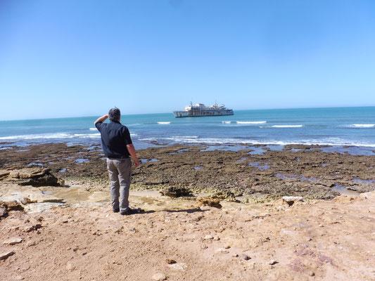 Eines der Wracks an der Küste