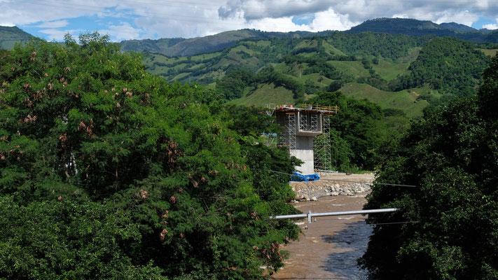 Auf dem Rio Cau wird ebenfalls an der neuen Strasse gebaut.